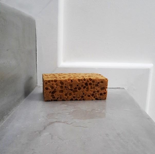 Photo 2 SurfaPaint Stone Varnish WB est un vernis filmogène de très haute qualité, à base d'eau, facile à appliquer, inodore, avec effet, et séchage protection rapide. Idéal pour décorer et protéger, rend la surface brillante à très brillante (glossy) en rajoutant des couches selon l'effet souhaité. Idéal pour sol, escalier, mur, meubles, objets en pierre, bois, en béton décoratif (ou ciré)... sur toute surface peu à très poreuse, structurée en intérieur comme en extérieur. Rendement: 8-10 m²/L - NanoSources