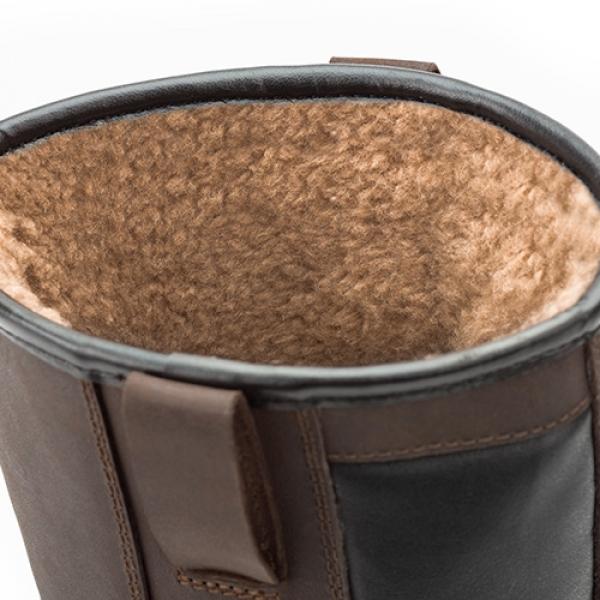 Photo 3 Les bottes de sécurité hiver SUXXEED OFFROAD SNOW sont parfaites pour l'hiver. La doublure molleton recouvre la totalité de la botte y compris la coque et garantit ainsi une excellente isolation thermique. Vous gardez les pieds parfaitement au sec grâce à la tige en cuir fleur huilé hydrofuge et au nombre réduit de coutures permettant de réduire le risque de pénétration d'eau. La semelle en PU2D est légère, offre un très bon amorti et est antidérapante même sur les sols difficiles ou verglacés. - Heckel