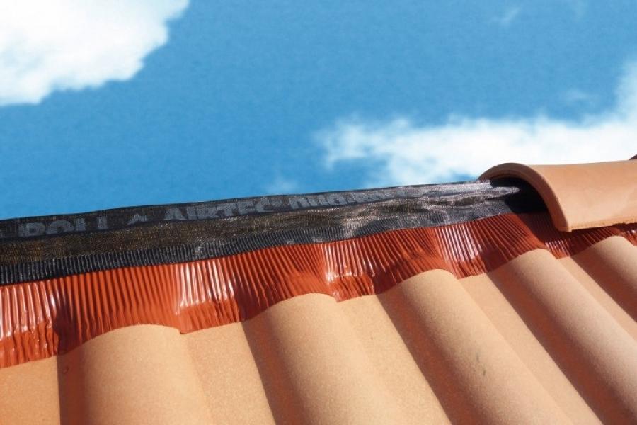 Photo 1 50 mètres de closoir de faîtage AIRTEC dans un carton dérouleur. Certifié QB35 Pas de perte. La longueur restante est indiquée sur le mètre ruban collé au dos du closoir. Simple à stocker. Surface de ventilation : 202 cm²/m.  Le closoir comporte deux bandes adhésives de type butyle. L'application sur tuile propre et sèche est impérative pour garantir son efficacité. Différentes largeurs (240, 310, 360, 400 mm) et coloris (anthracite, brun, ocre, rouge). Existe en version AIRTEC ALU ROLL. - UBBINK FRANCE