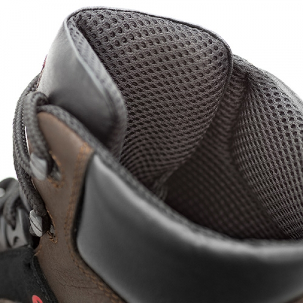 Photo 3 Polyvalentes, robustes et confortables, les chaussures SUXXEED OFFROAD sont idéales pour les maçons, les couvreurs, les étancheurs, les carreleurs ou les poseurs de parquets.  La tige en cuir fleur huilé marron est peu salissante et résistante à la pénétration d'eau.   Le bout recouvert prolonge la durée de vie de la chaussure et est particulièrement adapté aux personnes amenées à travailler accroupies ou à genoux.  La semelle en PU2D offre un excellent amorti et antidérapante. - Heckel