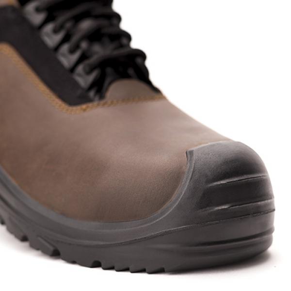 Photo 2 Polyvalentes, robustes et confortables, les chaussures SUXXEED OFFROAD sont idéales pour les maçons, les couvreurs, les étancheurs, les carreleurs ou les poseurs de parquets.  La tige en cuir fleur huilé marron est peu salissante et résistante à la pénétration d'eau.   Le bout recouvert prolonge la durée de vie de la chaussure et est particulièrement adapté aux personnes amenées à travailler accroupies ou à genoux.  La semelle en PU2D offre un excellent amorti et antidérapante. - Heckel