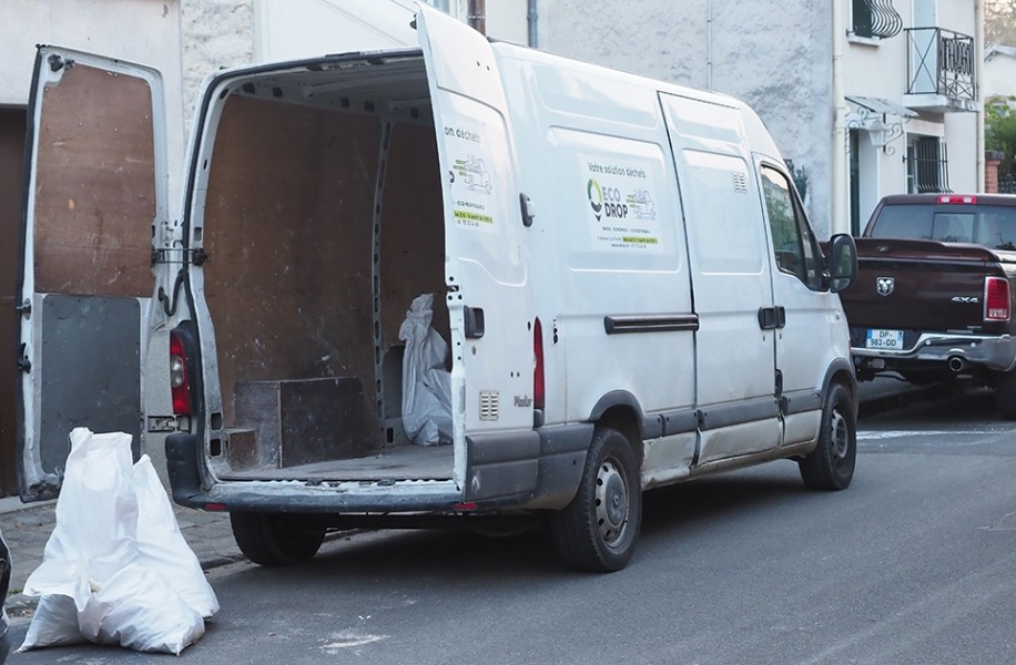 Photo 2 ECODROP collecte vos déchets directement sur votre chantier :  - Enlèvement dans les 2 heures (En sacs à gravats ou en Vrac) - Collecte déchets sur mesure adaptées à toutes les problématiques de chantiers (Poses et retraits de bennes, Big Bag, Camion grappin, déchets dangereux, terres) - Chargement / Transport / Traitement Déchets compris - Ecodrop
