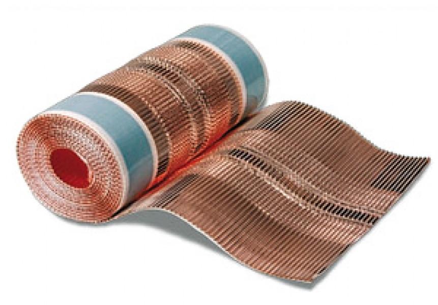 """Photo 1 """"CLOSOIR SOUPLE VENTILE"""" 100% CUIVRE microperforé & bande adhésive en butyle en sous-face. Les ions de cuivre sont balayés par l'eau de pluie à la surface du toit et empêchent la formation à long terme de mousse et d'algues. Disponible en 2 largeurs : 300 mm & 400 mm - MAGE FRANCE"""