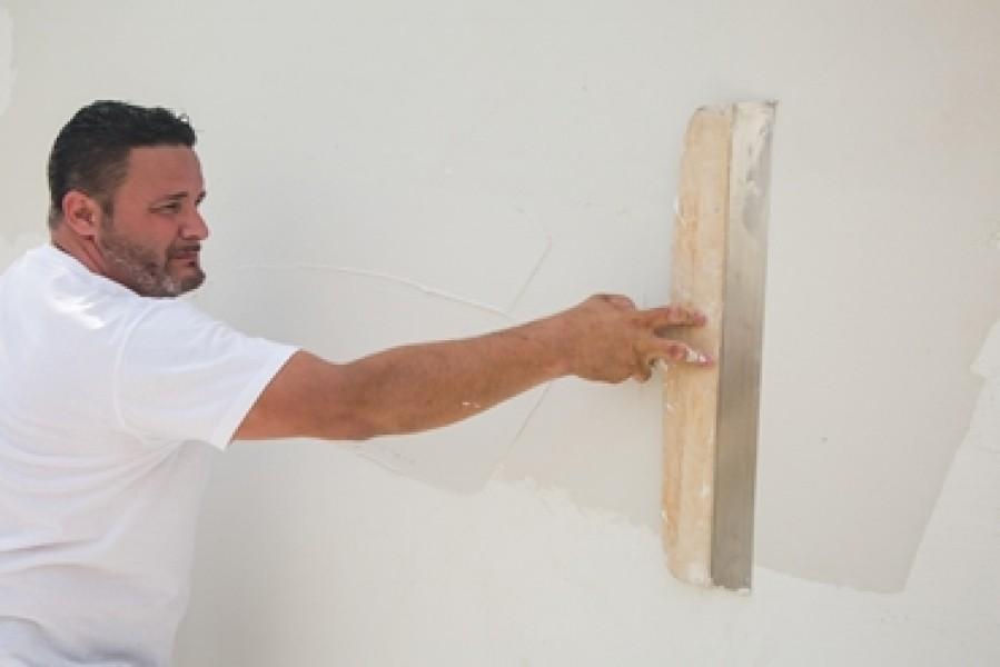 Photo 3 EGALISS® FACADE Poudre est un enduit garnissant, en poudre, destiné à la rénovation non structurale des façades en service. Il est spécialement conçu pour enduire de grandes surfaces, notamment grâce à son grand confort d'application - Toupret