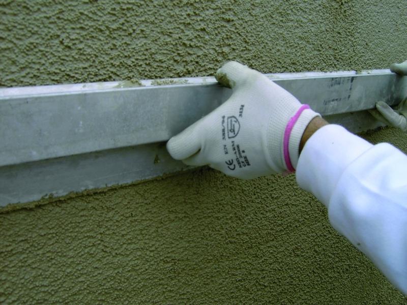 Photo 3 ENDUIT LÉGER ISOLANT 230 kg/m3 Prêt à l'emploi pour l'Isolation Thermique des bâtiments. ISOLTECO® est un enduit léger isolant en sac prêt à l'emploi, allégé par des billes de polystyrène vierge expansées à granulométrie contrôlée et enrobées de l'adjuvant E.I.A. (diamètre 2 mm). ISOLTECO® possède un rendement élevé qui assure, en une seule opération, l'isolation thermique et l'imperméabilisation de vos murs et contribue à la protection du bâti tout en réduisant la consommation d'énergie. - EDILTECO FRANCE
