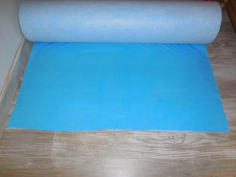 Photo 3 Protection respirante et auto-adhésive pour travaux de second oeuvre. Composé d'une fibre pour les chocs légers ainsi que d'un film PE respirant et imperméable.  Idéal pour la protection d'escaliers et autres surfaces à protéger rapidement. Rouleau de 1m x 50m - KINGPRO
