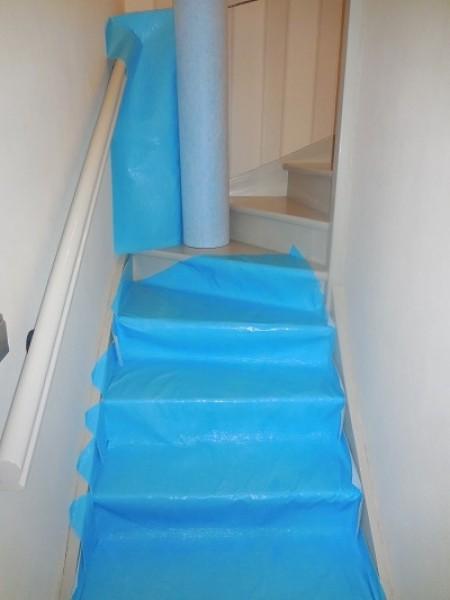 Photo 1 Protection respirante et auto-adhésive pour travaux de second oeuvre. Composé d'une fibre pour les chocs légers ainsi que d'un film PE respirant et imperméable.  Idéal pour la protection d'escaliers et autres surfaces à protéger rapidement. Rouleau de 1m x 50m - KINGPRO
