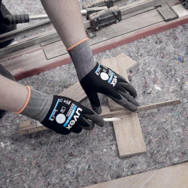 Photo 4 Le gant polyvalent par excellence : les gants uvex phynomix XG offrent une grande précision pour les petits assemblages, un excellent grip sur les pièces sèches comme huileuses, et son enduction Xtra Grip très résistante est idéale pour tous les travaux de manutention. Ces gants sont exempts de substances nocives ou allergènes. Ils sont certifiés OEKO-TEX® Standard 100 et leur excellente tolérance cutanée est approuvée par un laboratoire indépendant. - uvex