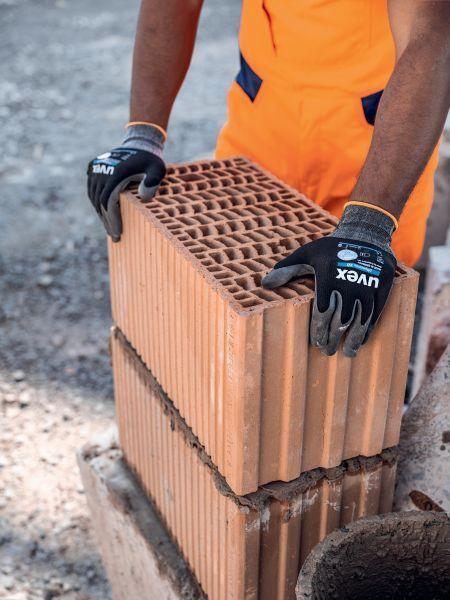 Photo 2 Le gant polyvalent par excellence : les gants uvex phynomix XG offrent une grande précision pour les petits assemblages, un excellent grip sur les pièces sèches comme huileuses, et son enduction Xtra Grip très résistante est idéale pour tous les travaux de manutention. Ces gants sont exempts de substances nocives ou allergènes. Ils sont certifiés OEKO-TEX® Standard 100 et leur excellente tolérance cutanée est approuvée par un laboratoire indépendant. - uvex