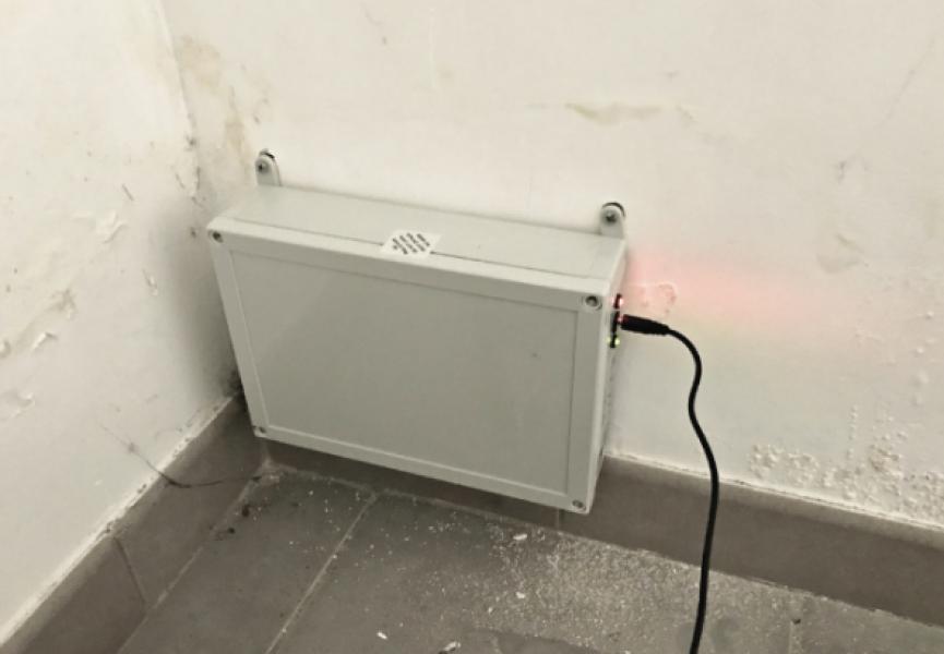 Photo 2 Inverseur de polarité humidité STOP ONE Un procédé électronique contre l'humidité des murs anciens. Notre procédé Stop-One : Traitez radicalement l'humidité et les moisissures de vos murs.  INVERSEUR DE POLARITE STOP-ONE. Le procédé STOP ONE consiste à créer et diffuser dans les structures par le biais d'une énergie extérieure, un champ électromagnétique à très basse fréquence qui s'oppose à l'orientation des dipôles des molécules d'eau pour les désordonner. - HUMIDISTOP