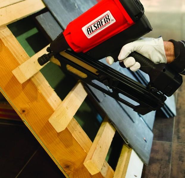 Photo 3 Lot composé d'un cloueur autonome à gaz D 90 G1 + 10 packs de pointes au choix 50 à 90 mm lisses ou annelées brut (soit 22.000 pointes) + 20 cartouches de gaz. Cloueur livré avec 2 batteries et 1 chargeur, dans un coffret. Idéal pour les charpentiers, les coffrages ou le bardage avec l'embout adéquat. - ALSAFIX