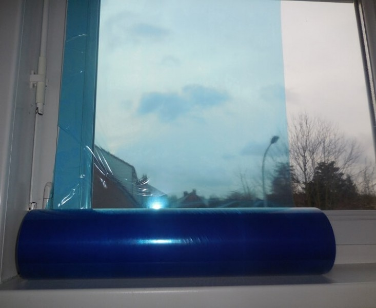 Photo 1 Film adhésif de protection pour vitrage et menuiseries - Bleu translucide - anti-UV 6mois pour un retrait sans résidu. Ce film protège vos menuiseries et vitrages ainsi que toutes surfaces lisses type carrelage et autres pendant les travaux. Rouleau de 50cm x 100m 5 Rouleaux / carton - KINGPRO