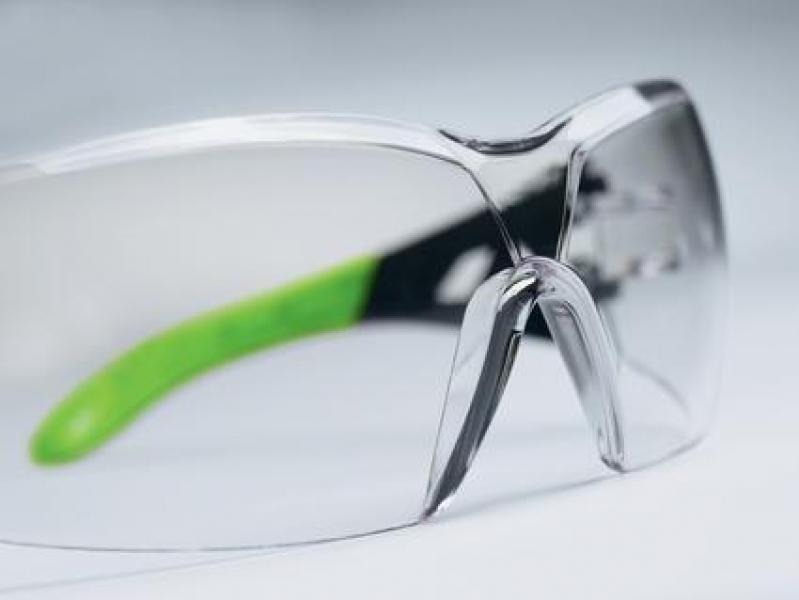 Photo 3 Les lunettes uvex pheos au look sport offrent un champ de vision très étendu grâce à leur design sans monture. Elles sont dotées d'une protection supplémentaire au niveau des sourcils afin d'éviter l'intrusion de poussières et de liquides. Les branches souples et antidérapantes assurent un maintien confortable. Sans métal, elles sont légères et donc agréables à porter sur de longues durées. Elles peuvent également être équipées d'une armature, d'un cordon ou d'un bandeau. - uvex