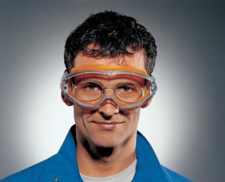 Photo 2 Les lunettes-masques de protection uvex ultrasonic au look sport sont compactes tout en préservant un champ de vision panoramique. Elles peuvent également être portées par-dessus des lunettes de vue.  L'association de composants souples et rigides assurent un bon maintien, sans créer de pression sur le visage, et reste parfaitement hermétique pour protéger les yeux des intrusions de liquides et de poussières. L'écran en polycarbonate résistant offre une excellente protection contre les impacts. - uvex