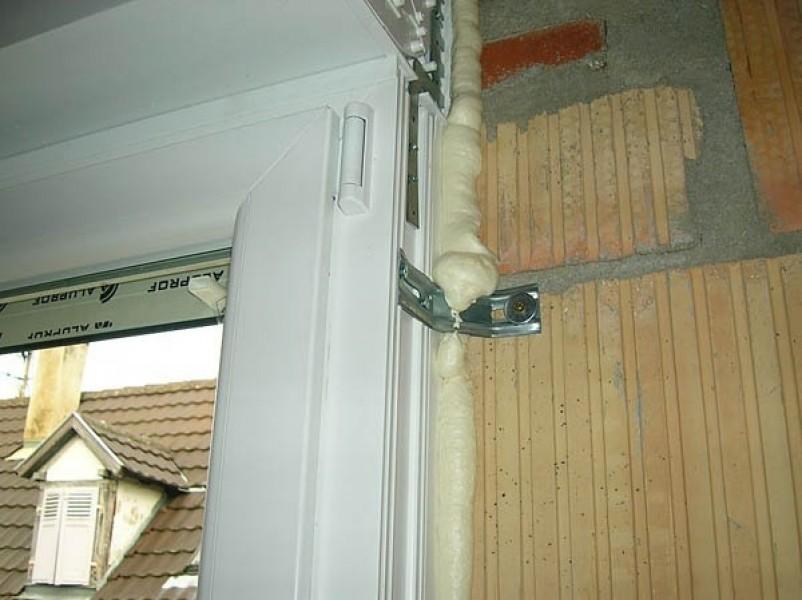 Photo 2 ALSAMOUSSE M est une mousse polyuréthane mono-composant auto-expansive. S'utilise sans pistolet. Conçue pour fixer, calfeutrer les châssis de portes, fenêtres, le remplissage des joints et cavités ou encore, isoler les tuyaux d'eau et les câbles électriques. - ALSAFIX