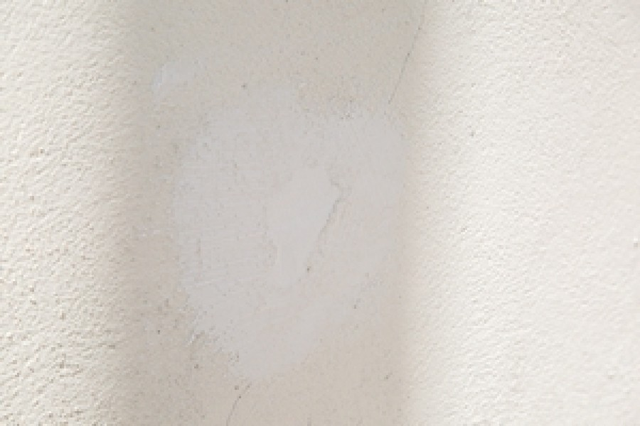 Photo 4 Pour gagner du temps sur les chantiers, l'enduit MUR EX permet de reboucher des trous de toutes tailles, de réparer sans coffrage pour une mise en peinture rapide en moins de 24 h, une très bonne adhérence sur tous supports et une dureté extrême. - Toupret
