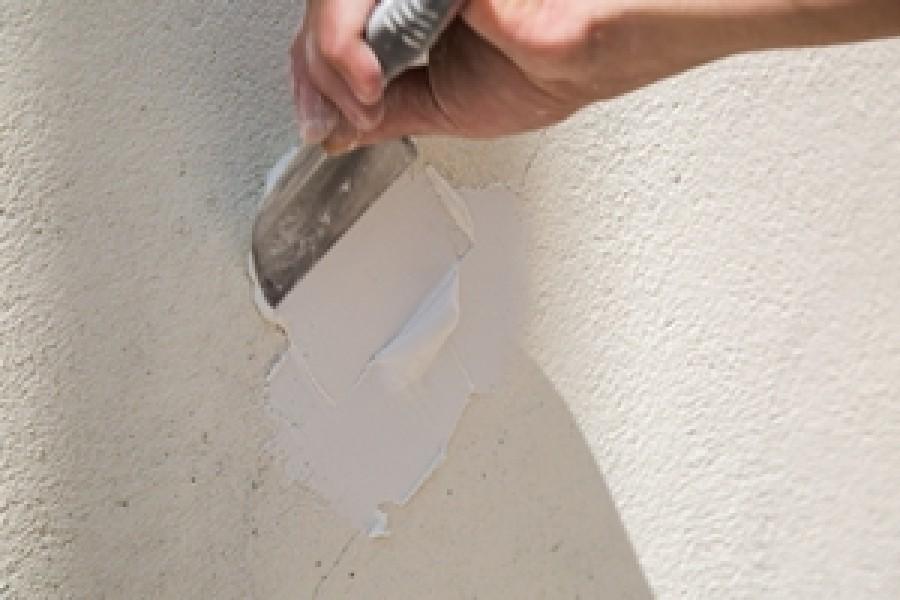 Photo 2 Pour gagner du temps sur les chantiers, l'enduit MUR EX permet de reboucher des trous de toutes tailles, de réparer sans coffrage pour une mise en peinture rapide en moins de 24 h, une très bonne adhérence sur tous supports et une dureté extrême. - Toupret