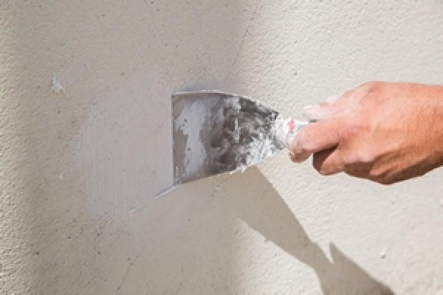 Photo 3 Pour gagner du temps sur les chantiers, l'enduit MUR EX permet de reboucher des trous de toutes tailles, de réparer sans coffrage pour une mise en peinture rapide en moins de 24 h, une très bonne adhérence sur tous supports et une dureté extrême. - Toupret