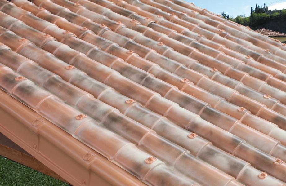 Photo 3 Les plaques COVER-LIFE résistent parfaitement aux variation de température de-30° à +70%C, au feu & aux choc Grace aux matières premières utilisées à la production la plaque a une conductibilité thermique très basse et offre une capacité d'isolation acoustique optimale Semi flexibles & garanties 15 ans (voir conditions) Longueur 2,13m ; 2,16 m2 ; 9,72 Kg  Références couleurs :  RU021TNR Terre naturelle  RU021ANF Florence antique  RU021ANV Venise antique  RU021ANS Sienne antique - FIRSTPLAST