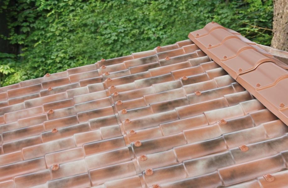 Photo 2 Les plaques COVER-LIFE résistent parfaitement aux variation de température de-30° à +70%C, au feu & aux choc Grace aux matières premières utilisées à la production la plaque a une conductibilité thermique très basse et offre une capacité d'isolation acoustique optimale Semi flexibles & garanties 15 ans (voir conditions) Longueur 2,13m ; 2,16 m2 ; 9,72 Kg  Références couleurs :  RU021TNR Terre naturelle  RU021ANF Florence antique  RU021ANV Venise antique  RU021ANS Sienne antique - FIRSTPLAST
