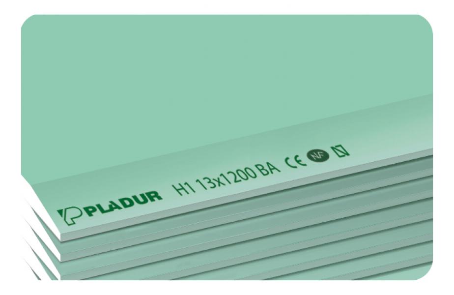 Photo 1 La plaque PLADUR® H1 est constituée d'un coeur en plâtre hydrofugé et de parements verts (face) et gris (dos). Elle convient aux ouvrages prévus par le DTA 25.41 pour les locaux EB+p et prévus par le DTA 9/15-1021 pour les locaux EB+c. De plus, elle convient aux cloisons séparatives visées par le DTA 9-15-1008 (Cloisons séparatives Pladur® Métal SA 1200 et Pladur® Métal SD 1200). La plaque type H1 13 spécialement conçue pour les ouvrages de réhabilitation et les chantiers d'accès difficiles. - Pladur