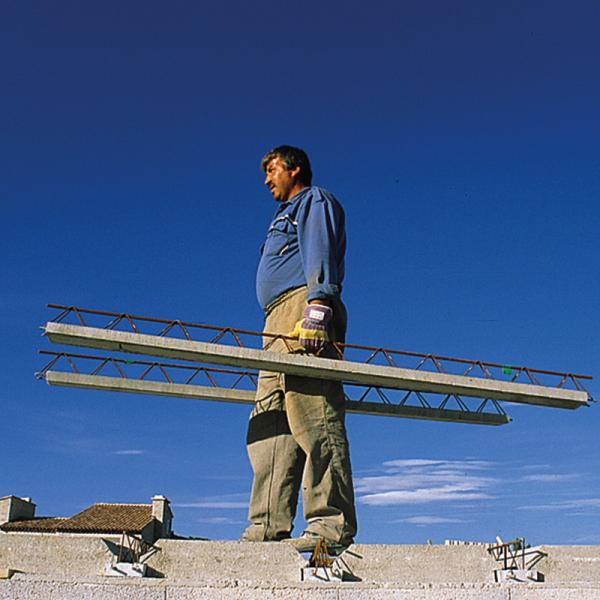 Photo 4 Les Poutrelles hybrides avec étais sont des poutrelles dernière génération, sous Avis Technique. Elles permettent la pose de planchers longues portées pour supporter des charges d'exploitations élevées et diminuer le nombre de files d'étais. 2 gammes : STH et ST2H. 1 hauteur : 12 cm. 67 longueurs : de 1.03 à 9.03 ml de 10 en 10 cm Fabrication française – OFG    Utilisation : maison individuelle, collectif, tertiaire et E.R.P. Utilisation : haut d'étage, garage et toiture-terrasse - Raid®