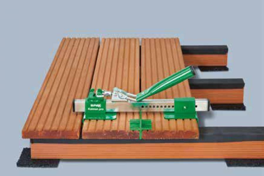 Photo 2 Gabarit de pose SPAX facilitant l'alignement et l'ajustement des lames de terrasse déformées sans avoir à utiliser de sangles. Le coffret contient 1 gabarit de pose et 4 espaceurs permettant chacun de réaliser 4 largeurs de joint: 4, 5, 6, 7 mm - SPAX