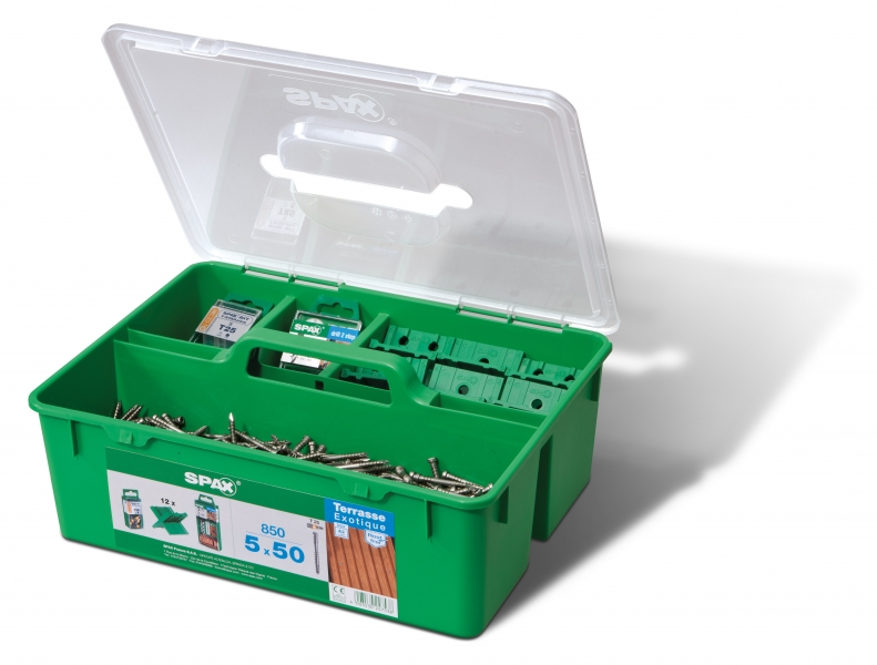 Photo 1 Cette GREEN Box est un kit de fixation pour terrasse en bois exotique. Son application est prévue bois sur bois. Il contient : - 850 vis SPAX Tête cylindrique 5x50 T Star+ en acier inoxydable A2 - 12 SPAX espaceurs - 5 SPAX embouts T-Star+ T25 - 1 foret étagé SPAX drill 2 step - SPAX