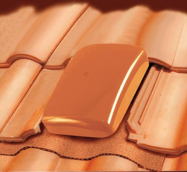 Photo 1 Le terminal Ubiflu 2 dispose d'un adaptateur Multidiam permettant de nombreuses application grâce à différents diamètres : ventilation de chute, évacuation des hottes de cuisine ou encore VMC simple et double-flux.  Matériaux : chapeau en Styrosun, corps PVC.U.  Existe en coloris anthracite, brun, rouge ou pour toit ardoise. - UBBINK FRANCE