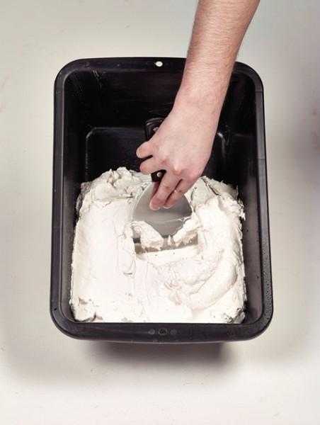 """Photo 2 """"TOUPRET TX 110 est un Enduit de rebouchage gain de temps en poudre, intérieur, pour application manuelle. TX®110 s'applique sur supports neufs ou rénovés, bruts ou peints et est recouvrable par tous types d'enduits, peintures et revêtements muraux. Ne pas recouvrir directement de peinture polyuréthane et époxy en phase solvant. """" - Toupret"""